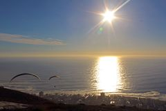 Paraglider no por do sol sobre Cape Town fotografia de stock