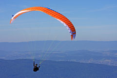 Paraglider nos cumes Foto de Stock