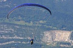 Paraglider nos cumes Fotografia de Stock