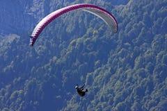Paraglider nos cumes Imagens de Stock