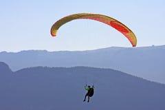 Paraglider nos cumes Fotos de Stock Royalty Free