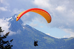 Paraglider nos cumes Fotografia de Stock Royalty Free