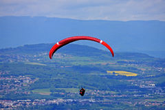 Paraglider nos cumes Foto de Stock Royalty Free