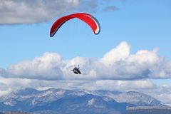 Paraglider nos cumes franceses fotos de stock