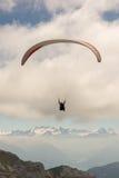 Paraglider ovanför fjällängarna Royaltyfri Bild
