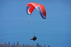 Paraglider ovanför sjön Annecy Royaltyfria Bilder