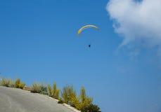 Paraglider på en blå himmel Fotografering för Bildbyråer