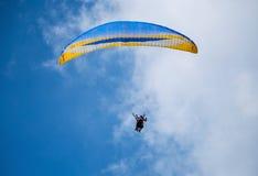 Paraglider på en blå himmel Royaltyfri Bild
