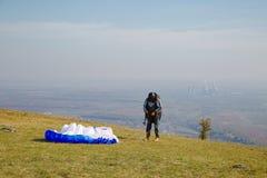 Paraglider que prepara-se para a decolagem fotografia de stock royalty free