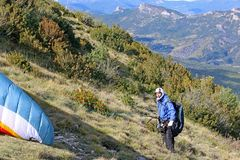 Paraglider que prepara-se para lançar-se foto de stock royalty free