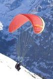 Paraglider que toma-fora a montanha. Fotos de Stock