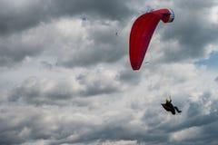 Paraglider que voa sobre o céu nebuloso Fotografia de Stock Royalty Free