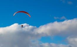 Paraglider que voa sobre o oceano no dia de verão foto de stock