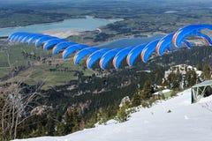 Paraglider sekwenci błękitna pomarańcze w Bavaria Obrazy Stock