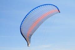 Paraglider skrzydło nad niebieskim niebem Obraz Stock