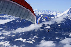 Paraglider sobre as montanhas Imagem de Stock Royalty Free