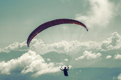 Paraglider sobre cumes austríacos imagem de stock