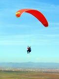 Paraglider sobre o vale fotos de stock royalty free