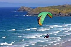 Paraglider sobre Perranporth Fotos de Stock Royalty Free