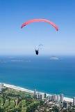 Paraglider sobre Rio de Janeiro Fotos de Stock