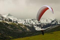 Paraglider som är klar för starten Lenzerheide Schweiz Royaltyfri Fotografi