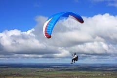 Paraglider över Dartmoor Arkivbilder