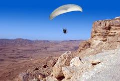 Paraglider som tar av från en vagga Arkivfoton