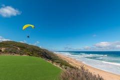 Paraglider som tar av nära havet i Australien Royaltyfri Foto