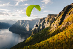 Paraglider sylwetka lata nad Aurlandfjord, Norwegia Zdjęcie Stock