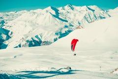 Paraglider tandemowy latanie nad ośrodkiem narciarskim Aktywny styl życia, Krańcowi hobby Paragliding, bada Gruzja Przygody podró Zdjęcia Royalty Free