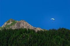 Paraglider w Bernese Alps Fotografia Royalty Free