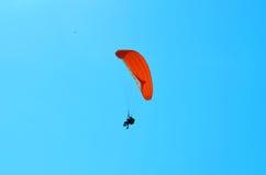 Paraglider w niebieskim niebie Fotografia Royalty Free