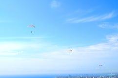 Paraglider w niebieskim niebie Obrazy Stock