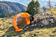 Paraglider wypadek Spadochronowy nieudany zaczynać wewnątrz i dostawać zablokowany zdjęcie royalty free