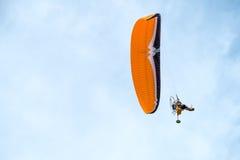 Paraglideren flyger Arkivfoton