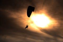 Paraglideren flyger Fotografering för Bildbyråer