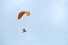 Paraglideren flyger Royaltyfri Foto
