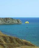 Paraglideren glider över havet Royaltyfri Foto
