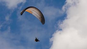 Paraglideren i himlen, flugor i luftströmmarna Avkänningen av frihet ger svävande i molnen modern utrustning lager videofilmer
