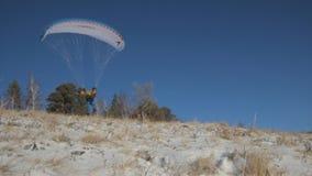 Paraglideren tar av lager videofilmer