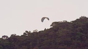 Paraglideren tar av framme av åskådare lager videofilmer