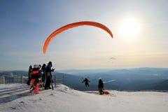 Paraglideren tar av nära till berg för ligganderussia för 33c januari ural vinter temperatur arkivfoton