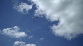 Paragliderflyg i himlen stock video