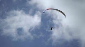 Paragliderflyg i himlen lager videofilmer