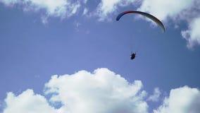 Paragliderflyg i himlen arkivfilmer