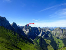 Paragliderflyg med blåa himlar Royaltyfri Fotografi