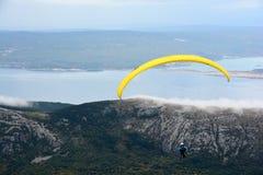 Paragliderflyg mot den blåa himlen i Kroatien royaltyfri bild