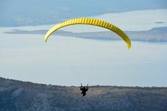 Paragliderflyg mot den blåa himlen i Kroatien royaltyfria bilder