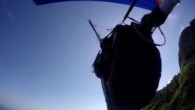 Paragliderpilot, handikapp som läkarundersökning flyger i deras egen paragliding stock video