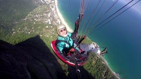 Paragliderpilot, handikapp som läkarundersökning flyger i deras egen paragliding lager videofilmer